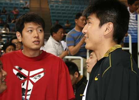 图文:王治郅现身全运预赛引轰动 莫科和王磊