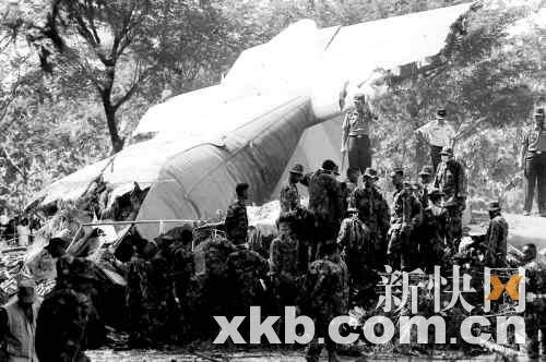 工作人员在坠机事故现场进行救援。