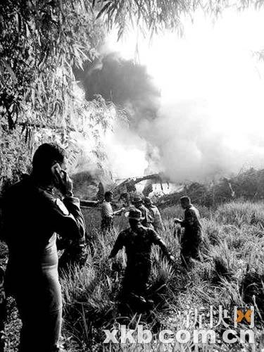 5月20日,印度尼西亚士兵赶往飞机坠毁地点。