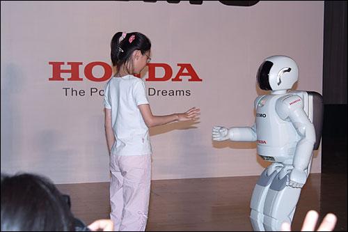 小学生与ASIMO玩锤子剪子布游戏