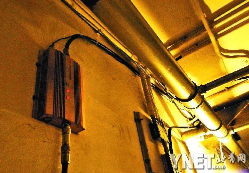 图为设在朝阳区芍药居北里的手机信号增强器