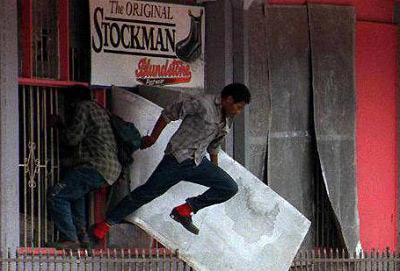 巴新当地人冲击华人商铺。