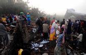 组图:印尼救援人员清理坠毁军机失事现场