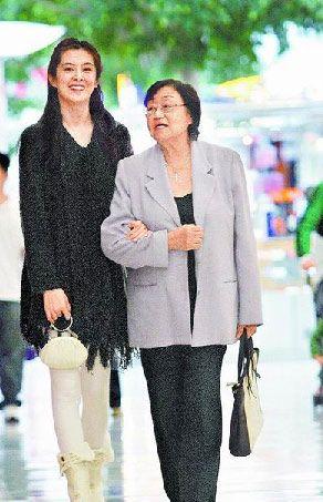 王祖贤(左)曾被拍到与妈妈在温哥华逛街,曾暴肥的她已清瘦不少