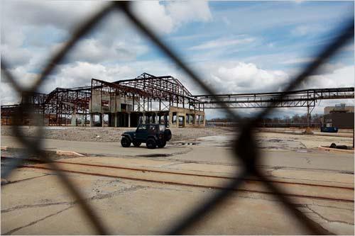 在弗林特汽车城内,吉普车驶过一座废弃的装配厂房,通用汽车别克发动机厂的总部就位于弗林特城内。自2006年起,通用汽车已经说服了6万名员工买断离职,其中包括14万美元的现金支付。