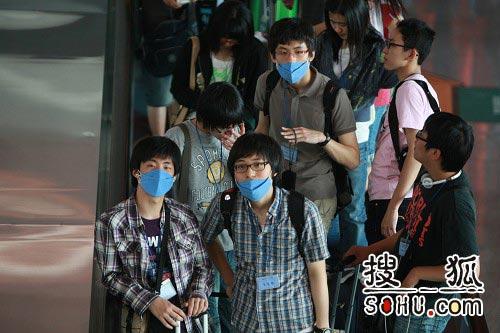 北京 崔萌摄/北京首都机场T3航站楼戴口罩的旅客搜狐崔萌摄
