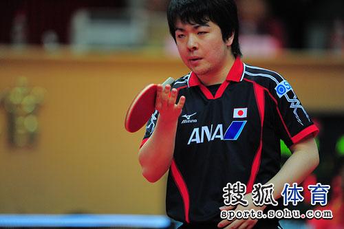 图文:亚洲杯男单三四名决赛 岸川圣也虎视眈眈