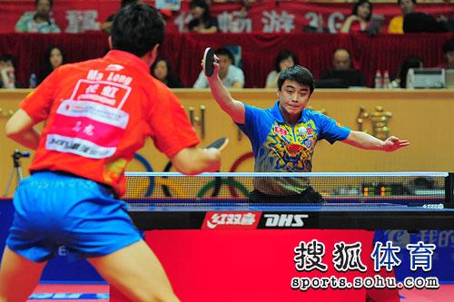 图文:乒乓球亚洲杯男单决赛 王皓回球瞬间