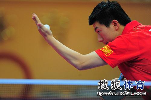 图文:乒乓球亚洲杯男单决赛 马龙发球瞬间