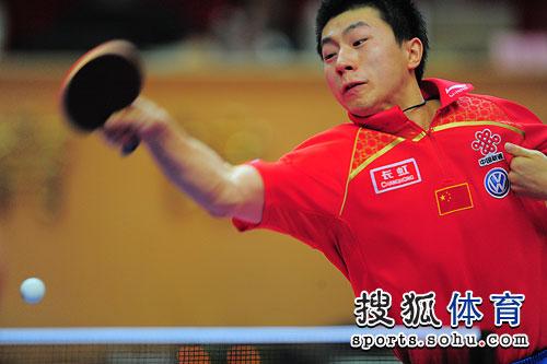 图文:乒乓球亚洲杯男单决赛 马龙大力扣杀
