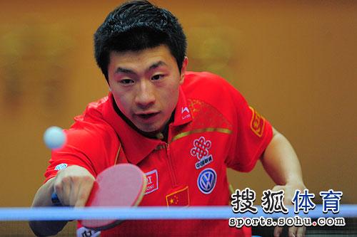 图文:乒乓球亚洲杯男单决赛 马龙接球瞬间