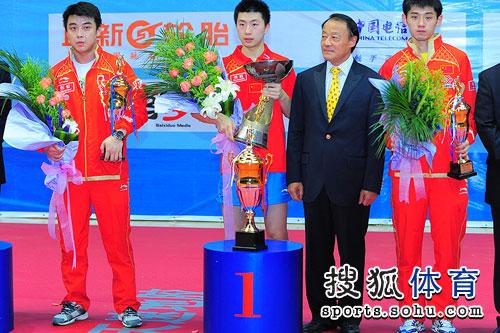 图文:乒乓球亚洲杯颁奖仪式 男单前三名合影