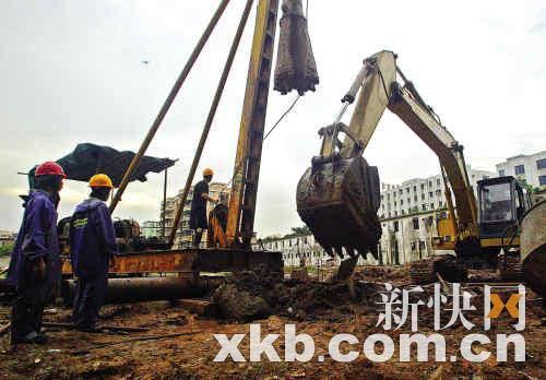 在槎龙村工地上,工人们正在冒雨挖土、打桩。新快报记者 黎湛均/摄
