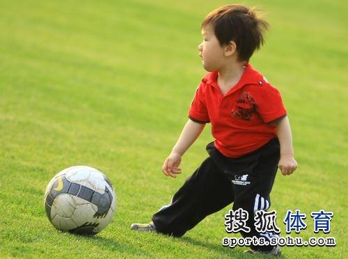 图文:[中甲]辽宁备战 小肇儿子球星风范