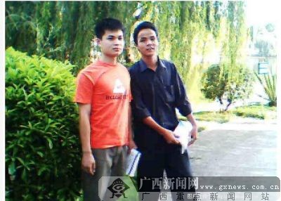 江振华(左)与同学合影。图片来源红豆社区