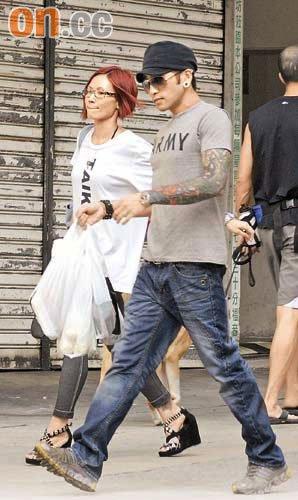 卢巧音见男友手持多袋战利品,即体贴地为对方背包,跟记者挥手道别后即双双入大厦