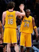 图文:[NBA]掘金VS湖人 科比加索尔庆祝