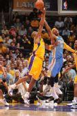 图文:[NBA]掘金VS湖人 科比安东尼争抢