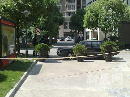 警方已封锁汇丽花园小区门口20米以内区域。新民网 萧君玮摄