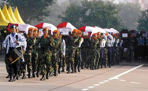 5月21日,在印度尼西亚东爪哇省玛克丹的伊斯瓦尤迪军事机场,印尼军人搬运坠机事件中遇难者的棺椁