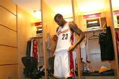 图文:[NBA]骑士VS魔术 小皇帝赛前整整衣衫