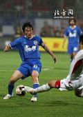 图文:[中超]长春1-0天津 王新欣遭遇飞铲