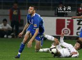 图文:[中超]长春1-0天津 路易斯遭遇飞铲