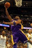 图文:[NBA]掘金VS湖人 科比单臂上篮