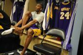 图文:[NBA]掘金VS湖人 科比在更衣室