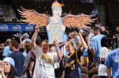 图文:[NBA]掘金VS湖人 鸟人球迷