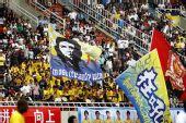 图文:[中超]陕西VS广州 三面大旗带动全场气氛