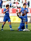 图文:[中超]江苏4-0重庆 谭斯卡洛斯庆祝