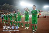 图文:[中超]北京3-1青岛 国安队员向观众致意