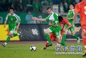 图文:[中超]北京3-1青岛 小格奋力突破