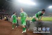 图文:[中超]北京3-1青岛 跨越护板