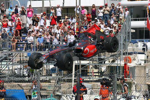 图文:巴顿夺得摩纳哥站冠军 赛车被吊离赛道