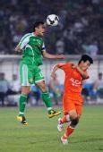 图文:[中超]北京3-1青岛 徐云龙争顶头球