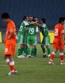 图文:[中超]北京3-1青岛 拥抱庆祝进球