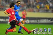 图文:[中超]上海2-0河南 巴尔克斯阻截