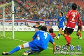 图文:[中超]上海2-0河南 曾诚奋力扑球