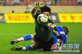 图文:[中超]上海2-0河南 曾诚扑救