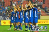 图文:[中超]上海2-0河南 申花集体谢球迷