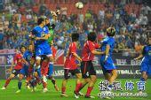 图文:[中超]上海2-0河南 禁区争顶