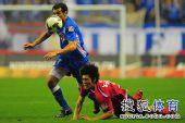 图文:[中超]上海2-0河南 被放倒