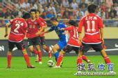 图文:[中超]上海2-0河南 陈涛衔枚疾进