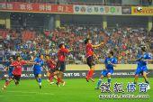 图文:[中超]上海2-0河南 高高跃起
