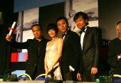 图:《春风》剧组代表编剧领奖