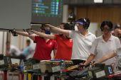 图文:世界杯米兰站女子10米手枪 选手在比赛中