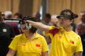 图文:世界杯米兰站女子10米手枪 郭文�B举枪