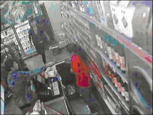 """两名男子将一名服务员推进储物室后凶相毕露,用水果刀指着收银员喊""""打劫!"""" 一名男子将抽屉里的营业款洗劫一空。"""